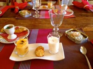tartare de noix st jacques, deux espuma : butternut et canard fumé au soja, l'autre céleri rave au roquefort et poire, thoïonnade et feuilleté aux algues et lin.