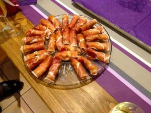 kerstdiner bij de familie van Joris. Hapje rauwe ham, mascarpone en mango.