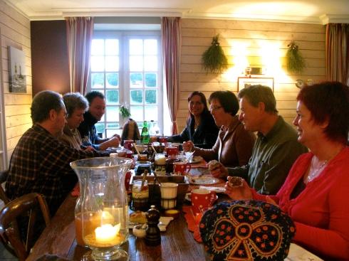 Gisteren is het feestweekend goed begonnen met gepocheerde oesters, zonnevis, algenkaas en appeltaart met appelijs.Vanochtend feestelijk ontbijt in het Bretoense zonnetje.