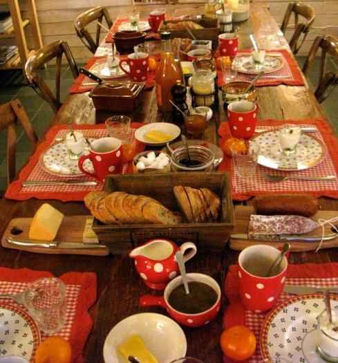 La maison blanche aux volets bleus, le petit déjeuner.