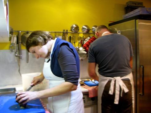Joris is vandaag met al onze gasten gaan oesterpicknicken bij Nolwenn en Thierry in Sené. Nu aan de kook met 2 van onze 8 gasten. De eerste kookworkshop van  2013 ! Op het menu : soepje van de baarden van st jakobsvruchten, boter van de koraal van de st jakobsvruchten, tartine sardine, knolselder risotto met coquilles op de plancha en krokant brikje met varkenspoot, wilde griet met truffelpuree en om de laatste gaatjes te vullen, een smeuïge chocolade taart. Bon appétit !