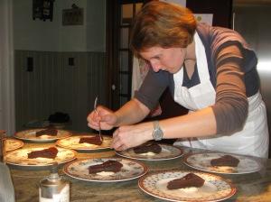 chocoladetaart geglaceerd met mandarijnsap en afgewerkt met goudschilfers