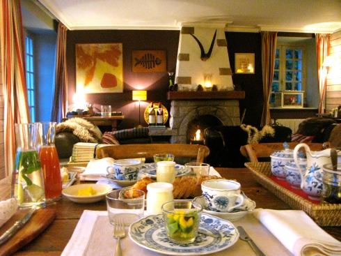 Zo'n prachtige dag vandaag die voor de kleine prinsesjes al wat vroeger begonnen is dan voor de andere gasten ! Zonnig ontbijt met versgemaakte krabsla, smeuïge kip curry, rillettes van eend, pannenkoekjes, een luchtig omeletje, échte choco, caramel met gezouten boter én huisgemaakt brood. Geniet van de vakantie ! Doen onze gasten ook.