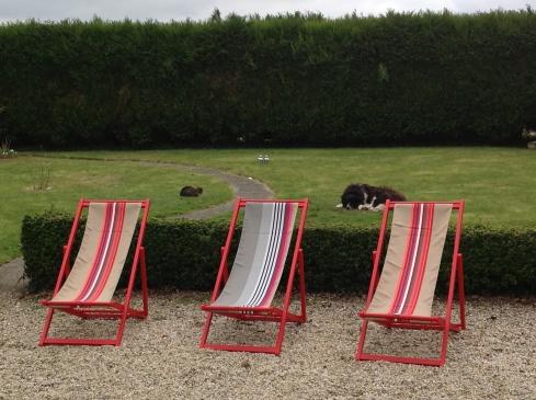 Kleurige strandstoeltjes van Artiga Outdoor voor rond het zwembad.
