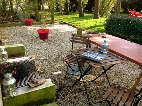 Vandaag alles in orde gebracht in de serre, aromatische kruiden bij gezet, courgette in de grond geplant, genoten van het lente zonnetje bij de barbecue.