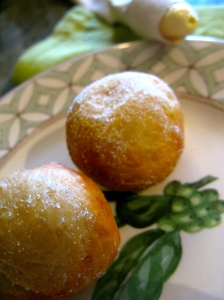 De beignets vullen met bvb appelcompote of banketbakkersroom.