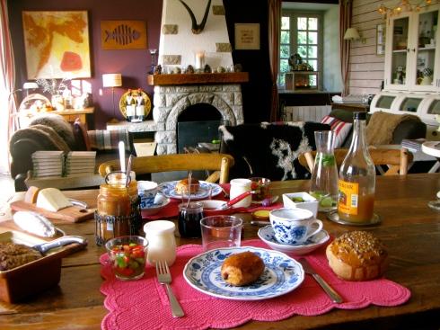 Wakker worden in La maison blanche aux volets bleus met een lekker ontbijt dat onze Franse buren een 'brunch royal' noemen :) !