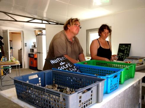 Joris is nu met onze gasten aan het oesterpicknicken bij dit charmante koppel. Ik verwacht hen straks in de keuken voor het kookatelier. We gaan aan de slag met St Jakobsvruchten en pladijs, met eieren en verse melk, met brik en varkenspoot, met een glaasje wijn en een goede ambiance !
