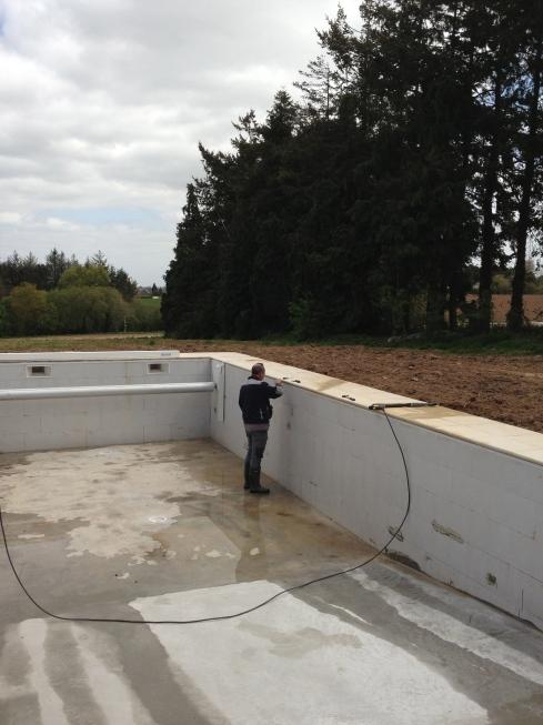 De feuter wordt vandaag in het zwembad geplaatst. Dat is een beschermlaag tussen de betonnen structuur en de liner. Als dat af is, komt de liner er op. Die hebben we in parelgrijs gekozen om mooi te weerkaatsen in het Bretoense landschap. Dit is het eindstadium. Wie weet komt er dit weekend al water in. Dat moet natuurlijk nog opgewarmd worden met de warmte pomp.