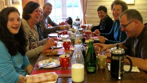 """Vanochtend namen de helft van de gasten afscheid van de rest van het gezelschap tijdens het flink geanimeerde ontbijt zoals u ziet.  Goede terugreis voor de vertrekkers ! .De blijvers zijn vandaag van de storm gaan genieten aan de Côte Sauvage van het schiereiland Quiberon. Ondertussen is hier de wissel van de wacht gebeurd. Een familie die hier voor de 8ste keer op rij is en een """"nieuw"""" koppel :) ! Straks op het menu : langoustines met witte asperges; dan zonnevis met erwtjes en Bretoens spek, dan een lekker kaasje van de boerderij en de Paashaas zorgt voor een café/thé gourmand. Bon appétit !"""