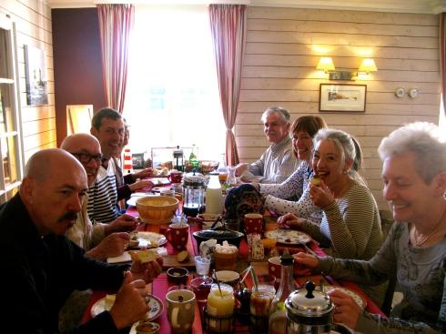 Zonnig ontbijt in Blézouan ! De gasten zijn er helemaal klaar voor om Bretagne onveilig te gaan maken vandaag :). Op de ontbijt tafel vanochtend : spek met eitjes, flan met appel, pain de campagne met sesam, kazen van de ferme Lintan, boter van La Grange Payanne, een vitaminvol fruistlaatje met witte kaas, saucissons, paté, rillettes van eend, confituren met fruit uit onze tuin, natuurlijk ook caramel au beurre salé én een ontbijt is niet af zonder flinterdunne pannenkoekjes ! Alle info over onze verblijfsmogelijkheden op www.lamaisonblancheauxvoletsbleus.com