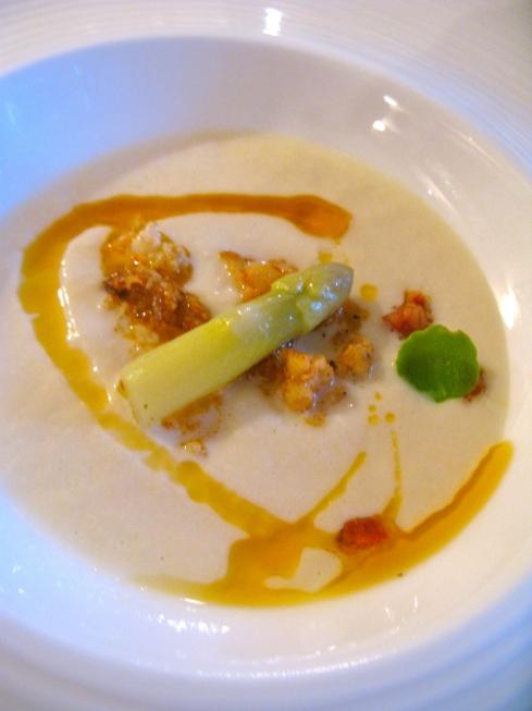 Vanavond op het menu als voorgerecht : creme van asperges en schorseneren met langoustines à la plancha en chorizo olie.