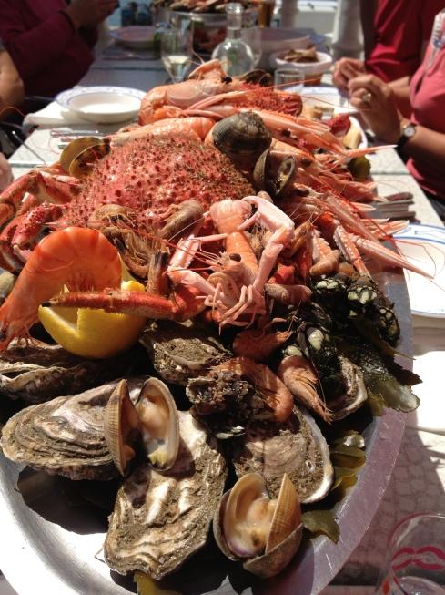 Super plateau de fruits de mer op Belle Ile en Mer in Sauzon. Volle zon, zalig eten, wat wil een mens nog meer buiten blauwe wasspelden ? !
