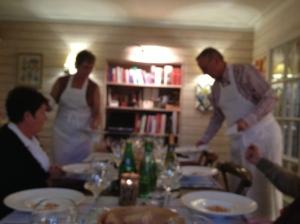 de gerechten worden de kokers geserveerd en geanonceerd