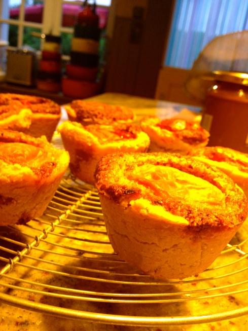 Nieuw dessert met een heerlijk broos kruimeldeegje geleerd van Pierre Hermé. Combinatie met abrikozen en hazelnoten. Lekker !!