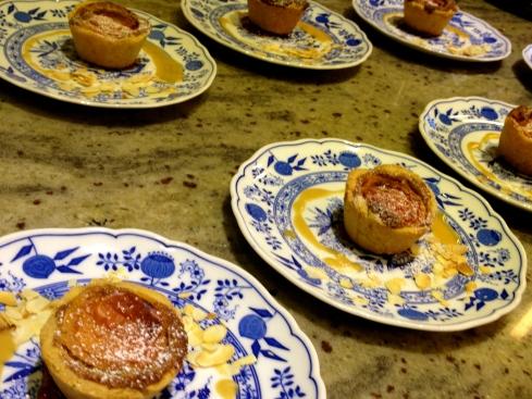 En uitgeserveerd op de mooie bordjes van Joris' mama met karamel van gezouten boter, marmelade van aardbeien met rabarber en gegrilde amandelen. Ah ja en of dat nog niet genoeg is voor de billen ook nog een espuma van crème anglaise erbij  :) !