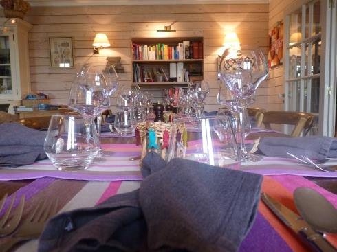 Weer een drukke wisseldag vandaag. Na het ontbijt vertrok de compagnie DZP en enkele uren later kwamen de nieuwe gasten toe. Ze zitten nu gezellig met een glaasje Sauvignon in het salon mekaar te leren kennen. Morgen staat er een kookatelier op het menu.  De tafel staat gedekt en zodadelijk gaan we met z'n allen aperitieven met een crémant uit de Loire en een hamburgertje met coquilles st Jacques. Vanavond  op het menu : gegratineerde oesters met gebakken spinazie en daarna tarbot. Ik maak een geitenkaasje op brioche en mijn roomijs komt net uit de turbine. Ik denk dat we goed gaan slapen vannacht :) ! Bon appétit vanuit www.lamaisonblancheauxvoletsbleus.com.