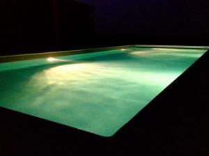Het zwembad 's nachts onder een Bretoense sterrenhemel en het geluid van de uilen die in de eiken wonen.