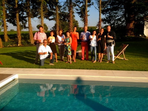 apéro bij het zwembad, afscheidsavond onder een strak blauwe Bretoense hemel