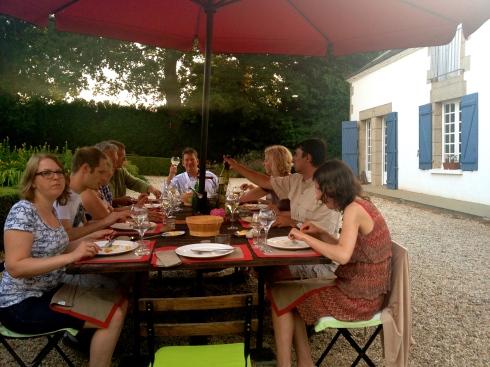Weer een tafel vol nieuw aangekomen gasten vanavond. Een gedeelte van hen kennen we. Anderen  hier voor de eerste keer te gast. Zo ook een jong koppel Zwitsers die de Bretoense stormen op komen zoeken. Dat valt wel tegen, want het is hier blauwe lucht, volle zon en 29°C ! Vele groeten uit een zonnig Bretagne. Anouck vanuit www.lamaisonblancheauxvoletsbleus.com.