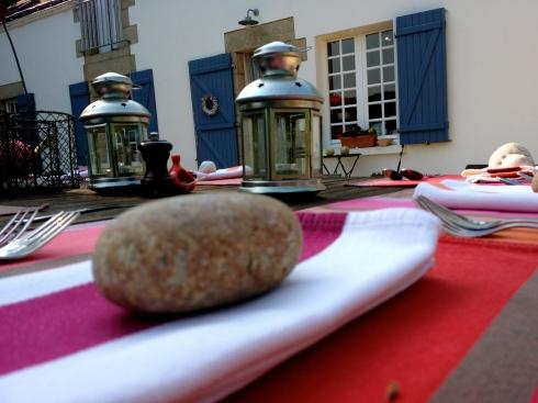 Zonnige groeten uit Bretagne ! Alle info op www.lamaisonblancheauxvoletsbleus.com.  Er zijn nog een paar gaatjes in september. Er is meer plaats in oktober. Reserveringen op info@lamaisonblancheauxvoletsbleus.com