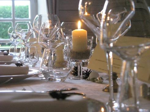 Volop in de voorbereiding in de keuken voor de grote familie die hier dit weekend de 65ste verjaardagen viert van de beide grootouders. Feestdiners en vrolijke sfeer ! Info over verblijven bij ons : www.lamaisonblancheauxvoletsbleus.com