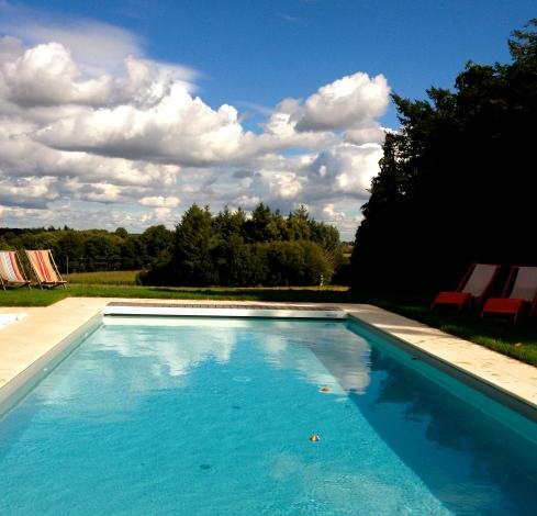 Prachtige wolken formaties boven ons zwembad. Begin oktober, onze gasten kunnen nog steeds genieten van het zwembad !