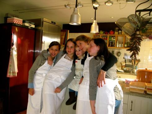 Met deze vrolijke jongedames aan de slag in de keuken, zij bereiden vanavond het diner voor hun hele familie.