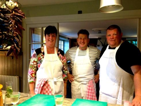 Anja en Jürgen zijn in form na de oesterpicknick tussen storm en mega opklaringen door ! Nu samen aan de kook met Joris om het diner te bereiden voor hen en de andere gasten die nu nog op een zonnig terrasje zitten te genieten van Bretagne.