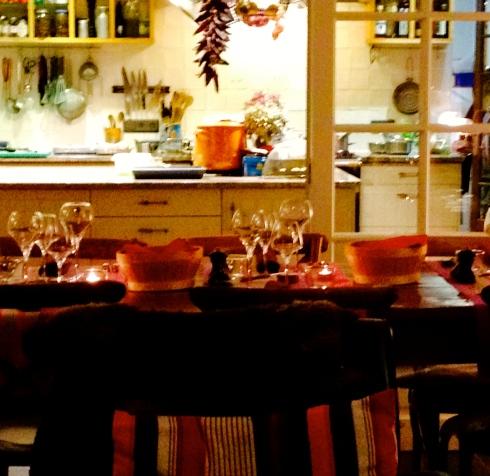 De tafel staat gedekt. De gasten warmen zich op aan de haard nadat ze zijn gaan uitwaaien op de douanepaden van Séné. Op het menu vanavond : krokant brikje van bouquet (roze garnalen van hier) met st jakobsvruchten, daarna een mooie zeebaars met langoustines en mosseltjes van Penvins, daarna kaas van Vanessa, en om af te ronden mmmmmmacarons met caramel au beurre salé ! Bon ap !