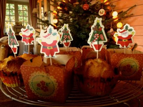 Kerstcakejes met appel en gojibes rond de Kerstboom.