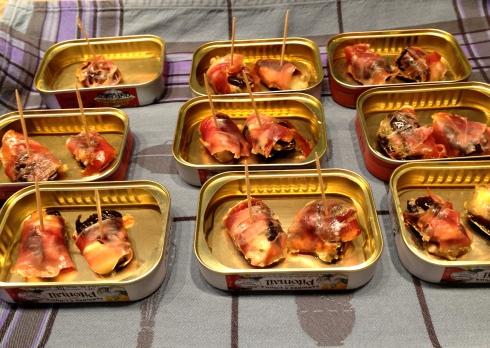 Hapje met Achelse Blauwe (ook te maken uiteraard met Roquefort, Pas de Bleu, Stilton, etc) : vul een zachte gedroogde pruim met blauwe kaas en bind er een fijne schel gerookte ham rond, even opwarmen in de oven en direct genieten ! Sans modération :)!  Onze gasten zijn  aan het genieten van de Bretoense storm-en windvlagen aan de Côte Sauvage in Quiberon om goed uit te waaien voor het kookatelier straks. Wij bereiden ondertussen al het een en ander voor voor morgen. Op het menu voor het kookatelier vanavond : St Jakobsvruchten op de plancha, dan confit de canard met Pesto Breizh (algen uit Bretagne met basilicum), aardappelblokjes in ganzenvet en winterse groentjes, als nagerecht maken we roomijs met confituur van melk. Bon ap !