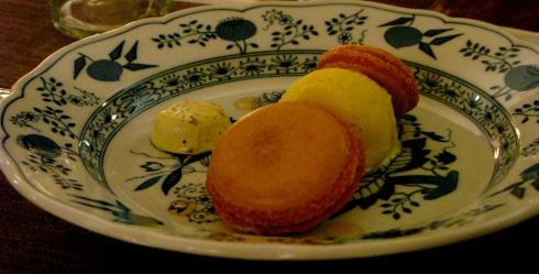 Ons kerstdessert : macarons met safraan en gedroogde abrikozen, versgedraaid roomijs met gedroogde vruchten, crème met maté en groene thee.