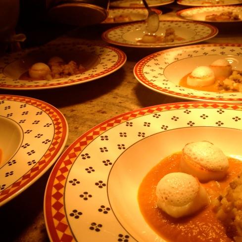 Dat 2014 een jaar mag worden boordevol nieuwe culinaire avonturen ! Dit was ons tweede voorgerecht met oudjaar. Crème pompoen, aardpeer en gebakken St Jakobsvruchten, krokante kastanje en een schuim van gerookte melk. Bon ap !!