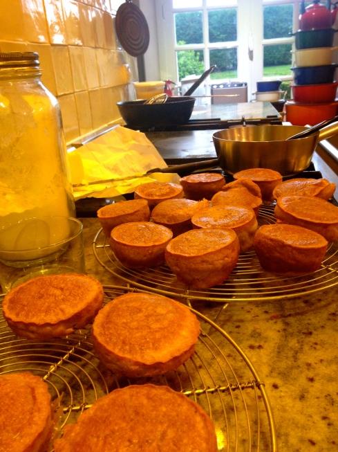 Flan van kaas als apero hapje.  Bereiding : smelt 1/2 kg blauwe kaas  met 2 el volle room. Laat afkoelen. Meng 4 eieren met 100 g bloem, peper, zout en cayennepeper. Meng dit beslag onder kaas. Boter siliconen bakvormpjes in en verdeel het kaasbeslag. Bak gaar in een voorverwarmde oven à 170 °C gedurende 30 min.  Bon appétit ! Meer recepten vind je op onze website  www.lamaisonblancheauxvoletsbleus.com