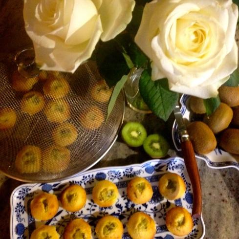 Na al die pannenkoeken, ben ik helemaal in mijn zoete periode ! Net uit de oven, deze heerlijke smeuïge cakejes met kiwi.  Bon appétit !  Anouck  vanuit www.lamaisonblancheauxvoletsbleus.com