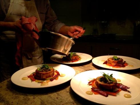 Om van te smullen ! Joris heeft een nieuw hoofdgerecht gemaakt met Bretoens buikspek, krokante ajuin, gecarameliseerde wortelen en raapjes en rode biet. Geserveerd op Princesse Amandine aardappelen en afgewerkt met afsmakende roquette. Erbij een crème van knoflook en een heerlijke vleesjus. I like !!  Volgend weekend met Valentijn zijn er nog kamers vrij. Je kan ons bereiken op info@lamaisonblancheauxvoletsbleus.com