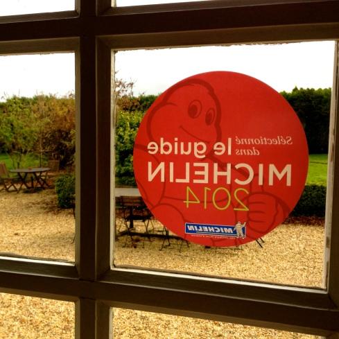 Dankuwel Guide Rouge ! We zijn vereerd dat we weer uitgekozen zijn. Info over onze maison d'hôtes op www.lamaisonblancheauxvoletsbleus.com
