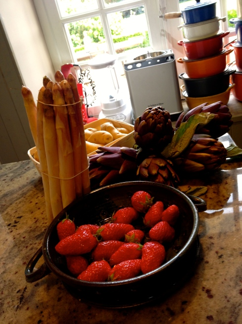 Primeurs op het menu : violette asperges, gariguette aardbeien uit Plougastel, ratte-patates, artisjokken,... allemaal om ter lekkerst ! Bon appétit en geniet van de zonnige dag !