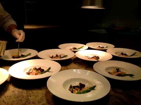 Vidée terre-mer met makreel,kip, morieljes, vin jaune en asperges.