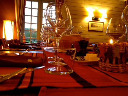 De tafel staat gedekt voor een hongerige fietscompagnie ! Op het menu : Krab in een saus van langoustines, daarna lamsbout gevolgd door een notenkaas uit de abdij en om af te sluiten roomijs met caramel au beurre salé. Bon appétit !