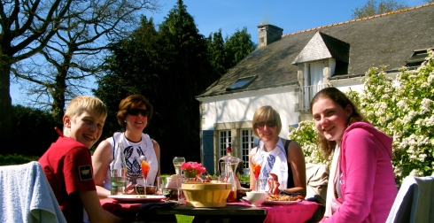 Bretoense blauwe kreeft,, net even gegrild in de oven en ingewreven met koraal boter om de 51ste verjaardag te vieren van Ann. Proficiat ! En een berichtje voor het thuisfront van Ann : hartelijk dank voor de mooie kaart !!