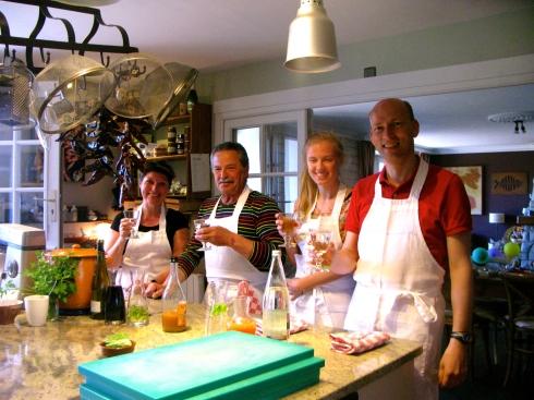 Onze Paasgasten koken mee tijdens het kookatelier. Op het menu : vidée terre-mer, dan zeebaars met drie bereidingen venkel en om af te sluiten een luchtig hazelnootgebakje. Bon appétit ! Anouck vanuit www.lamaisonblancheauxvoletsbleus.com, volle zon, 26°C !