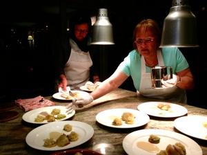 borden dresseren, uit serveren, annonceren van de gerechten, het hoort er allemaal bij !