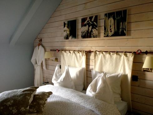 Witte kamer Blanc des Blancs beschikbaar voor 2 nachten op zaterdag 17 en zondag 18 mei aanstaande. Boekingen op info@lamaisonblancheauxvoletsbleus.com