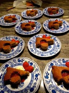 Luchtig hazelnootgebakje met compote van gariguette aardbeien.