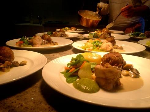 Blanquette op de wijze van Joris, met kleurige groenten geserveerd en een lekkere saus met dragon uit onze serre. Bon appétit vanuit Bretagne ! Anouck in www.lamaisonblancheauxvoletsbleus.com
