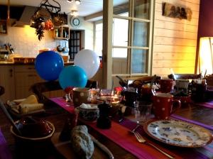 's Morgens vroeg op kousenvoetjes alles klaargezet voor het feestelijk ontbijt ter ere van Charlie's verjaardag. Tussen de ballonnen en de letterlijk in de bloemetjes gezet !