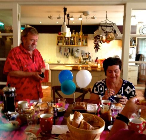 Een hele gelukkige verjaardag !! Veel plezier vandaag !! Wij zijn ondertussen in de weer voor het feestmenu vanavond : tartaar van oesters,tonijn en dorade, daarna zonnevis met artisjokken en gerookte aardappeltjes, dan een lekkere kaas uit Bréhan, om af te sluiten met een rabarbertaartje. Bon ap !