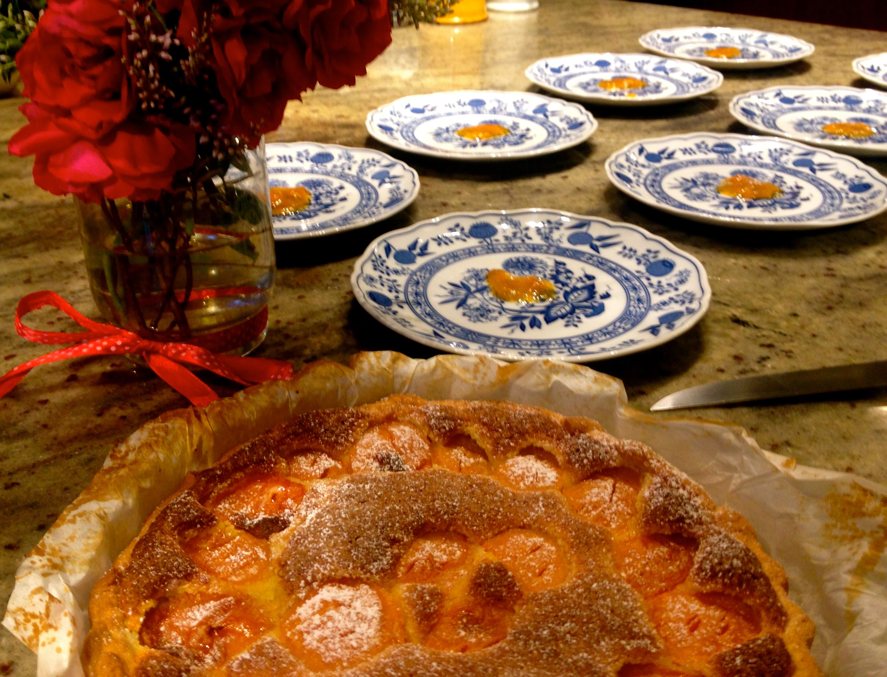 Iedere avond een ander nagerecht. Dit is een amandine taart met abrikozen. Kijk er ons dessertenboek maar eens op na :) ! Info over verblijven bij ons op www.lamaisonblancheauxvoletsbleus.com